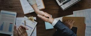 Håndtryk over skrivebord