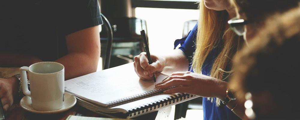 Notesblok på et bord